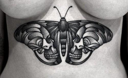 este_preto_e_cinza_a_traça_e_a_tatuagem_de_caveira