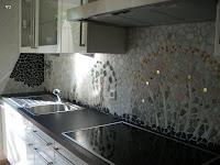 Küchenspiegel-   mit Marmorsteinen verschiedener Farbe und Form gestaltete ich dieses mediteran anmutende Mosaik 2009