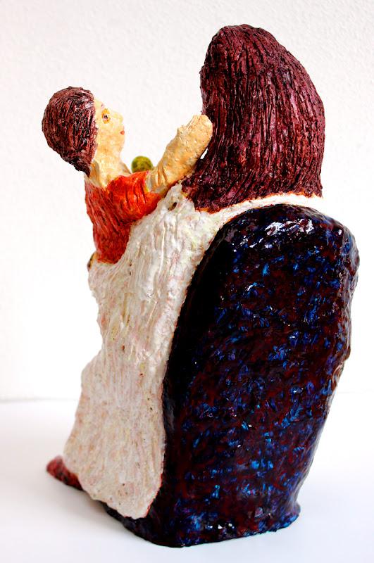 rear view of mare de déu amb el nen sostenint una poma