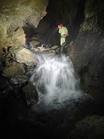 Przejście tym wodospadem oficjalnie otwiera partie wodne jaskini.