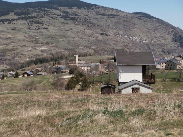 Sant Pere dels Forcats y al fondo el pueblo de Sauto