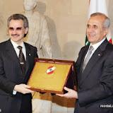 أقام العماد ميشال سليمان الرئيس اللبناني مأدبة غداء على شرف الأمير الوليد بن طلال, وخلال  مأدبة الغداء منح الرئيس اللبناني الامير الوليد درعاً رئاسية.