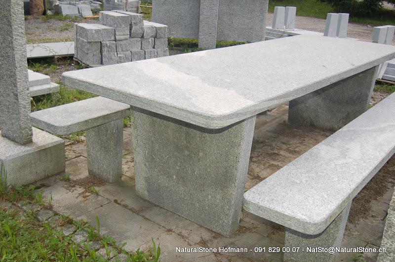 Tessiner Granittisch Moderno. Ein Gartentisch freistehend.