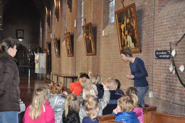Kleuters bezoeken Martinuskerk - DSC_0053.JPG