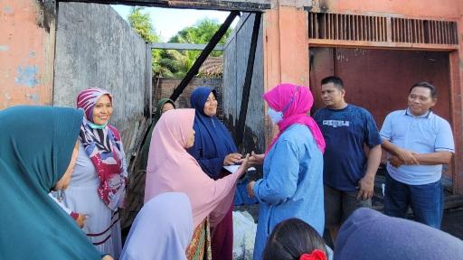 Foto Anggota DPD RI Menyerahkan Bantuan. Bantuan Untuk Korban Kebakaran di Ujung Gading Mulai Berdatangan.