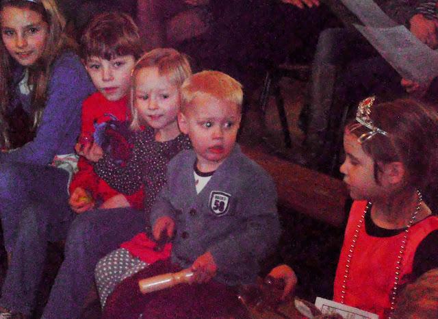 Kindje wiegen St. Agathakerk 2013 - PC251122.JPG