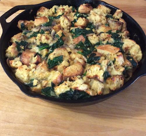 Śniadanie, jajka, szpinak, grzyby, pieczarki,bagietka,ser żółty wędzony,