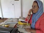 Fanny Ochoa atendiendo una llamada telefónica