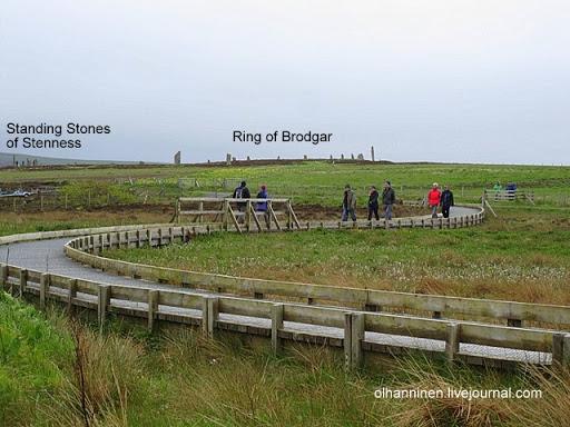 Вид от Кольца Бродгара с 27 мегалитами на кромлех Стеннес с 4 мегалитами, находящийся в 1, 2 км
