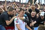 Szalai Ádám a szurkolók között, miután gólt szerzett a franciaországi labdarúgó Európa-bajnokság Ausztria - Magyarország mérkőzésen, Bordeaux, 2016. június 14-én. (MTI Fotó: Illyés Tibor)