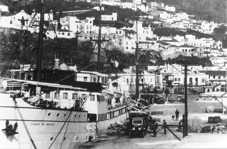 El CIUDAD DE MALAGA en el puerto de La palma. Ca. 1935. Foto Juan Carlos Diaz Lorenzo. Nuestro agradecimiento.jpg
