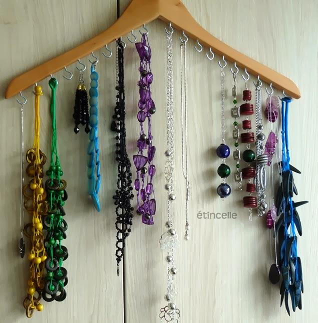 Organizador de bijuterias feito com cabide