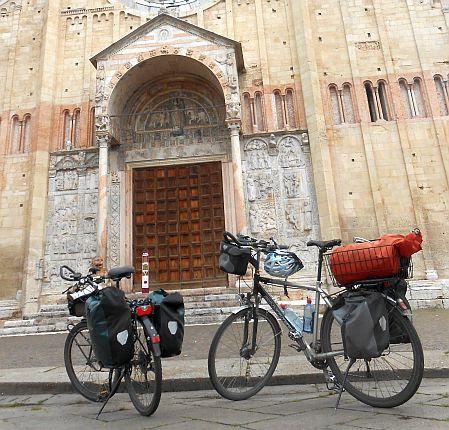 Unsere Räder vor dem Portal der Kirche San Zeno, Verona, Italien