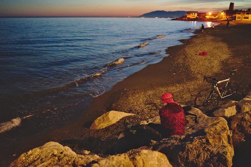 Masa de seara, pe o stanca pe malul marii, cu zgomotul ritmic al valurilor in fundal si cu ultima geana de lumina.