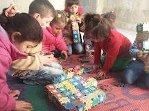 Ženy vedou v rámci programu Peníze za práci mimoškolní aktivity s dětmi. (Foto: Archiv ČvT)