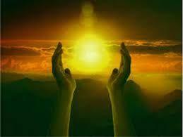 Mãos levantadas e o brilho do sol
