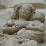 Collégiale Notre-Dame de Crécy-la-Chapelle : tympan de la porte occidentale (détail de l'Adoration des mages)