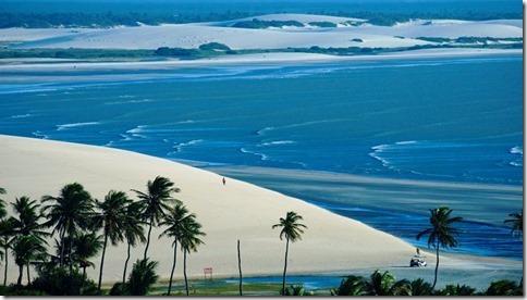 Turistas passeando nas dunas e praia