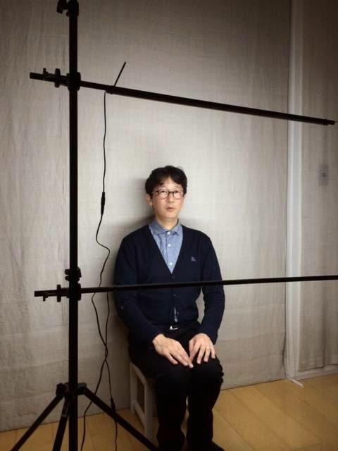 自作のLED照明のテスト モデルは稲垣カメラマン自身 2