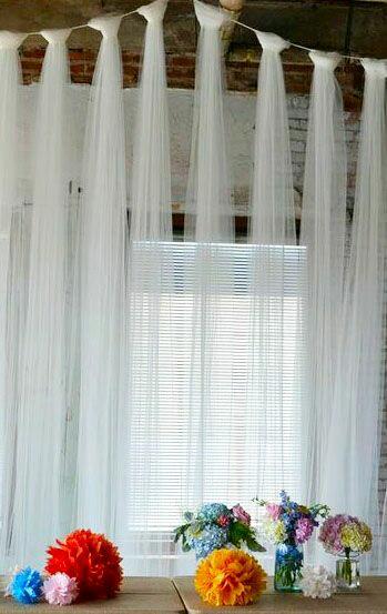 c82000cd7a   Coloca tiras de tul en una pared o en una ventana para usarla como fondo  de la mesa de postres o de la mesa principal de una fiesta.