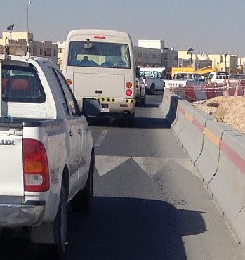 Beton-Barrieren am Straßenrand, Katar