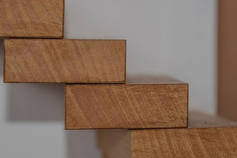 Głównym kryterium wyboru materiału na schody w mieszkaniu jest często jego wygląd na tle ścian.