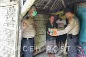 Bersama Bhabinkamtibmas, Kapolsek Sumberrejo Berikan Bantuan ke Rumah Ibu Surati