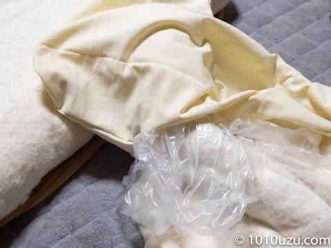 ビニール袋の底を切って綿を包んで抜いて奥まで詰めていく