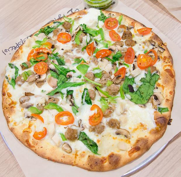 overhead photo of white sauce pizza