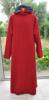 Manteau doublé, avec capuche, poche et ouverture des manches dans l'emmanchure