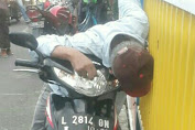 MENGENDARA SEPEDA MOTOR MENINGGAL DIATAS SEPEDA MOTOR DI SUROMADU SURABAYA