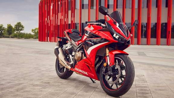 There is news that the Pinnacle Honda camp is preparing to attack the big bike market in Thailand at the end of 2021 with the launch of the new Honda CB500F, CBR500R, CB500X 3 new models that have been upgraded with various features. To be more efficient!  by this news stream Considered not to exceed any expectations. Because of the reason that all 3 new models like the New CB500F, CBR500R and CB500X are all using Thailand as their main production base. Same as the previous version past this page Therefore, it is believed that It must be marketed in our home for sure.  The first thing the New Honda 500 Series has been upgraded is. Front brake discs, 296 mm wave shape, come with a set of Nissin brake calipers from all previous versions since its launch. It will be a single front disc only. As a result, the bike has better braking performance.  And later, the main highlight is Putting the front suspension upside down upside down from the Showa brand Big Piston size 41 mm to increase the efficiency of absorbing shock from the surface to be more excellent. both driving in a straight or the curve And it also adds to the overall beauty of the bike as well.  In terms of power, it comes in a 471cc, inline-twin engine that produces 46.9 horsepower at 8,600 rpm and 43 Nm of peak torque at 6,500 rpm, and has also received a new swingarm upgrade. Stronger but lighter