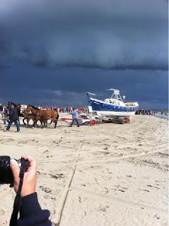 De lancering van de paardenreddingsboot op Ameland