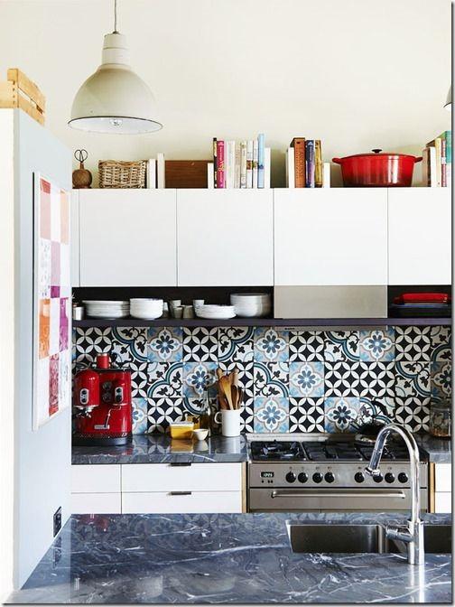 cozinha branco preto e azul azulejo hidraulico