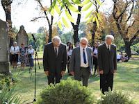 15 A Magyar Nyelvstratégiai Intézet képviselői is a sírhoz járultak.JPG