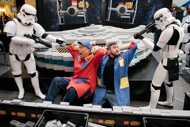 pasangan bapa anak Dan Steininger dan Chris Steininger LEGO Master builder membina Millennium Falcon
