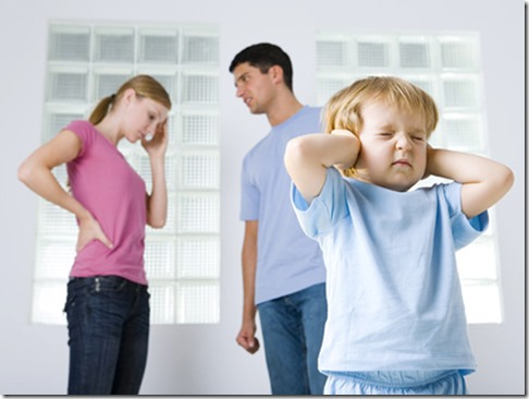 nino-tapandose-los-oidos-para-no-oir-discutir-a-sus-padres.jpg_1097337557
