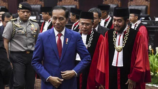 Jokowi Minta MK Tolak Semua Gugatan UU Cipta Kerja, Aktivis: Bentuk Intervensi Hukum