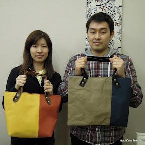 帆布のバッグ 黄色xオレンジ ベージュx紺 です。よくお似合いですね。