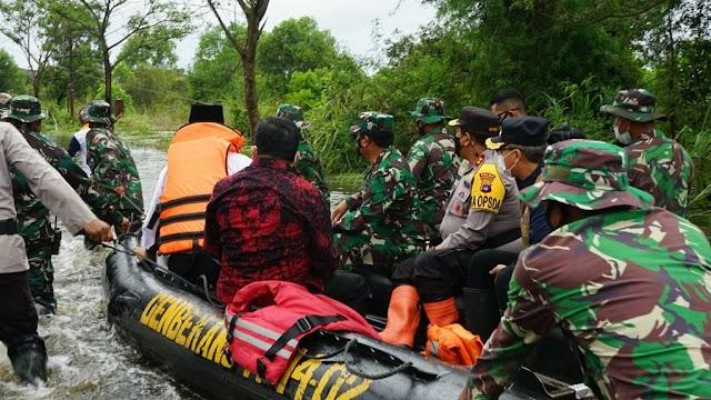 Tinjau Langsung Banjir Kalsel, Panglima TNI Serahkan Bantuan