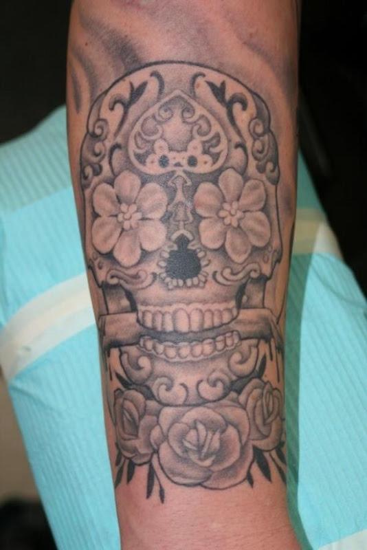 o_preto_e_o_cinza_açcar_tatuagem_de_caveira