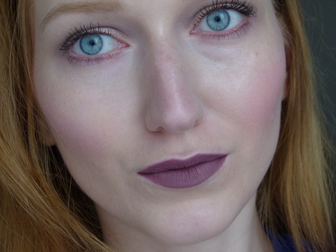 essence CoastnChill Velvet Liquid Lipstick Tragebild 02 Smooth Groove