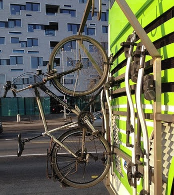 Flixbus-Fernbus: Fahrrad hängt hinten am Bus am SBB-Bahnhof in Basel