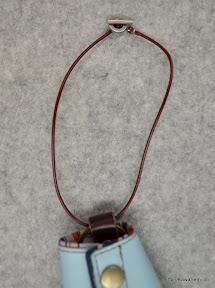 バッグなどで無くならないように紐をつけました。持ち手に絡ませたりします。