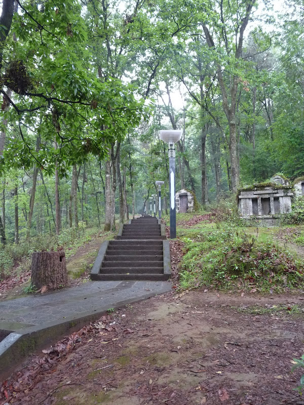 Tengchong.45 mn de marche vers la pagode sous un fin crachin