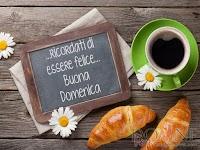 buona domenica ricordati di essere felice immagine con frase tazza lavagna croissant fiori cornetti buon weekend.jpg