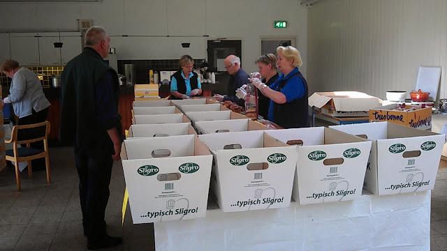 Rommelmarkt Agathakerk 2013 - Inpakken%2Blunchpakketten%2Bdoor%2BHorecateam-jun13.jpg