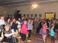 20 - A közönség állva tapsolta vissza a Borostyánt új műsorával.JPG
