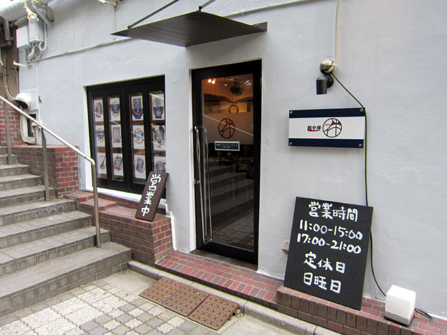 階段をおりてスグのところにある、シンプルな外観の麺や伴