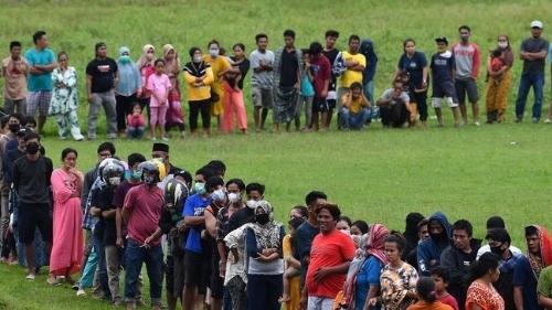 Foto Warga Mamuju yang Terdampak Gempa Antri untuk Mendapatkan Bantuan. Gempa Susulan 8,2 Magnitudo dan Isu Tsunami, Ini Kata BMKG.